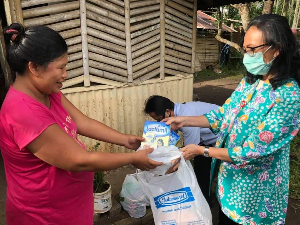 Tindaklanjuti Arahan Gubernur, Kepala DP3A Salurkan Bantuan kepada Ibu Hamil yang Ditelantarkan Suaminya